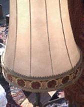 Lampara con base de hierro, con madera incrustada