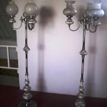 Vendo dos lámparas antiguas de pie a juego, en bronce y porcelana